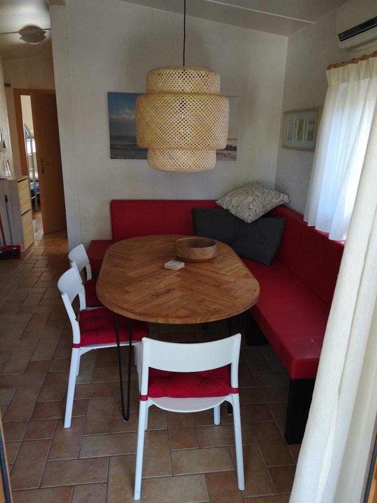Zithoek met eettafel in Chalet Di Fina van CasaToscane