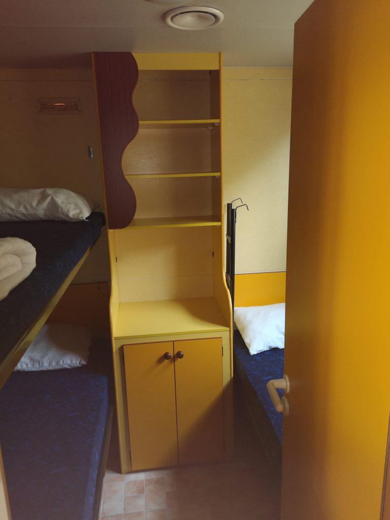 Slaapkamer met 3 bedden in Mobile home voor 5 personen