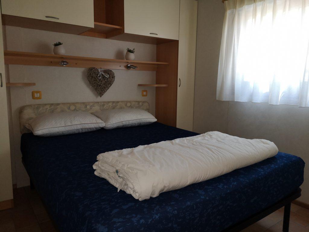 Slaapkamer met 2-persoonsbed in Chalet Di Fina van CasaToscane