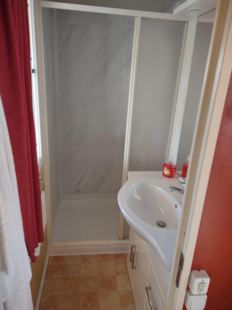 Badkamer met douche en wastafel in 5-personen Mobile |Home